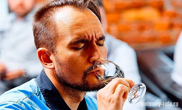 Мужчина выпивает рюмку спиртного